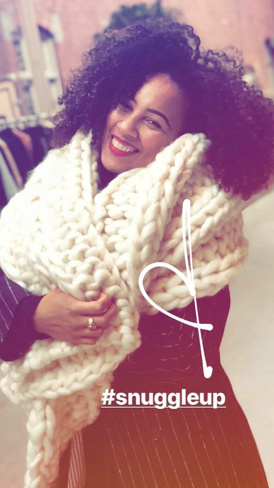 blije vrouw klant met sjaal